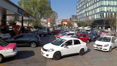 """AMLO asegura que México tiene """"suficiente"""" gasolina aunque las gasolineras estén cerradas o con filas"""