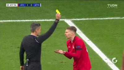 Tarjeta amarilla. El árbitro amonesta a Mitchell Weiser de Bayer 04 Leverkusen