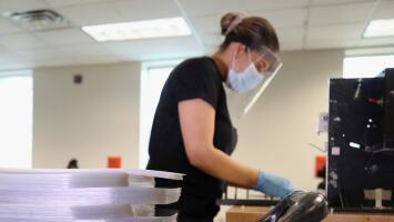 Trabajadores de fábricas en Illinois piden tener prioridad en el plan de vacunación del coronavirus