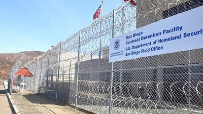 Inmigrantes detenidos en una cárcel de ICE en California demandan por explotación laboral y amenazas