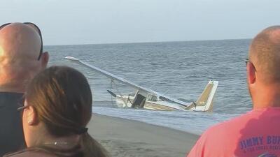 En video: El aterrizaje forzoso de una avioneta en una playa repleta de bañistas