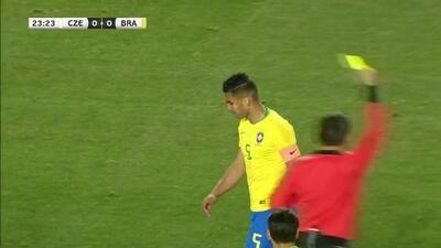 Tarjeta amarilla. El árbitro amonesta a Casemiro de Brazil