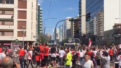 Último minuto: Hinchas de River violentan autobús de Boca a su llegada al Monumental