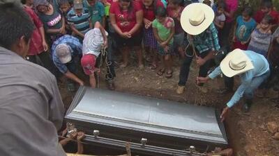 Familia guatemalteca le da el último adiós a su hijo, un menor de 16 años que murió bajo custodia de las autoridades de EEUU