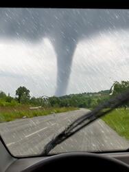 Cómo sobrevivir a un tornado en tu carro