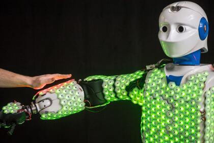 """""""Este sistema de piel de robot también es muy robusto y versátil ya que, al estar compuesto por células y no ser de una sola pieza de material, permanece funcional incluso si algunas células dejan de funcionar"""", señala este investigador. """"Nuestro sistema está diseñado para funcionar sin problemas y rápidamente con todo tipo de robots y ahora estamos trabajando para crear células cutáneas más pequeñas con el potencial de producirse en grandes cantidades"""", añadió Cheng. <br>"""