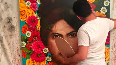 Plasma sus sueños y su realidad en un lienzo con un estilo surrealista y mexicano