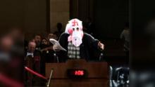 Desarman a un abogado que usa capucha del KKK y dice representar a los inmigrantes