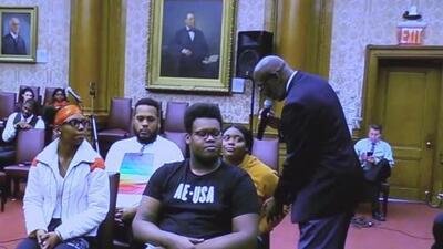 El programa en Brooklyn para capacitar a estudiantes sobre el buen manejo de conflictos con la policía