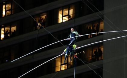 Cada uno de los hermanos caminó desde un extremo de la cuerda, que se extendió desde el sur de la icónica plaza, en la calle 42, hasta el norte, en la 47, lo que ha supuesto un recorrido de unos 1,312 pies (400 metros) manteniendo el equilibrio y encontrándose a mitad. <br>