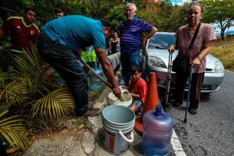 En medio del masivo apagón y los cortes de luz intermitentes, los venezolanos salen a buscar agua y víveres (fotos)