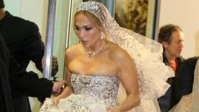 Las fotos que no has visto de JLo luciendo un enorme vestido de novia