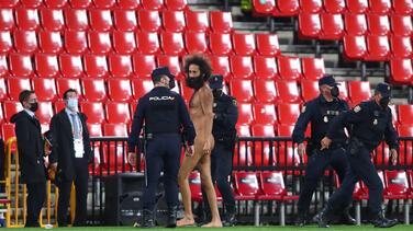 Aficionado desnudo irrumpe en el juego entre Granada y el United