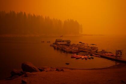 La densa capa de humo del incendio Creek impide la visibilidad del lago Shaver en un día que debía ser despejado y muy soleado.