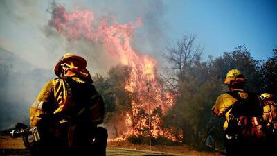 Unos 200 bomberos de Texas se trasladan a California para ayudar la emergencia por los incendios