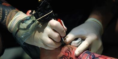 Estudios de tatuajes reabren sus puertas en el condado de Kern a partir de este viernes