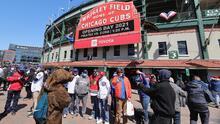 Como en los viejos tiempos: miles de aficionados regresan al Wrigley Field para apoyar a los Cubs
