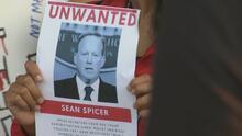 'Somos casi todos latinos': Estudiantes protestan contra visita de Sean Spicer a universidad en Chicago