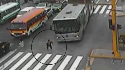 Un joven casi pierde la vida cuando un autobús le pasó por encima en una calle de Perú