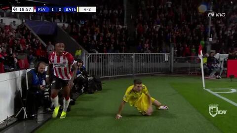 Aleksey Rios despeja el balón y aleja el peligro