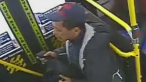 Policía busca al sospechoso de dos agresiones sexuales dentro de un autobús en Brooklyn