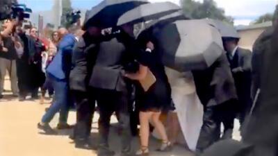 Chiquis se ocultó bajo los paraguas: las fotos de una boda que no vimos