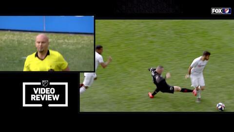 El VAR le saca roja directa a Wayne Rooney por una criminal entrada sobre Diego Rossi