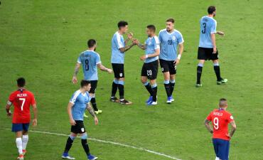En fotos: Edinson Cavani conduce a la victoria a Uruguay por 1-0 sobre Chile