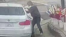 """""""Si no me hago a un lado, me atropella"""": conductor roba a vendedor de flores a plena luz del día"""
