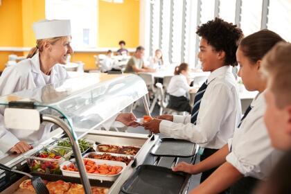 <b>Puesto 9. Servicio de comida en establecimientos que no son restaurantes.</b> Los empleados de cafeterías de hospitales, centros de estudio y empresas ganaron en promedio 25,168 dólares en 2018. Muchos de los 106,000 trabajadores en este oficio lo hacen a tiempo parcial y se proyecta que la demanda de estos empleos crecerá un poco más que el promedio. En EEUU 1,325,000 personas ejercen este oficio.