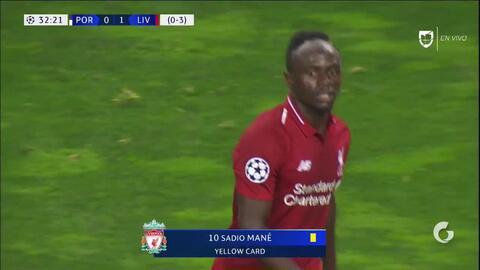 Tarjeta amarilla. El árbitro amonesta a Sadio Mané de Liverpool