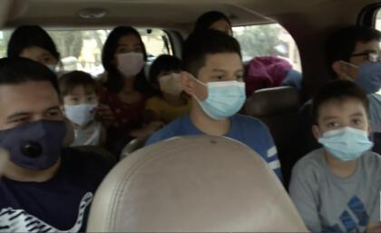 """Luego llegó la pandemia del <a href=""""https://www.univision.com/local/los-angeles-kmex/coronavirus/mapa-coronavirus"""">coronavirus </a>y la situación de la familia se complicó aún más. Los <a href=""""https://www.univision.com/local/los-angeles-kmex/en-las-escuelas-o-desde-casa-la-educacion-a-distancia-puede-ser-la-solucion-en-california-en-tiempos-del-coronavirus"""">niños ya no fueron a la escuela</a>, Irma, quien es cosmetóloga y maquillista profesional, ya no recibió llamadas de sus clientas y su esposo que trabaja como jornalero tampoco conseguía quien lo contratara."""