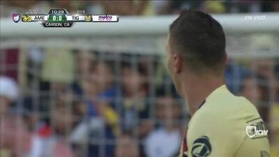 Tiro desviado de Mateus Uribe