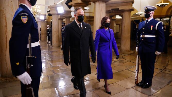 Un diseñador hispano es el responsable de la confección del vestido púrpura de la vicepresidenta Kamala Harris