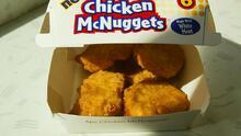 Una niña casi se asfixia comiendo nuggets de pollo de un McDonald's: dentro había pedazos de una mascarilla