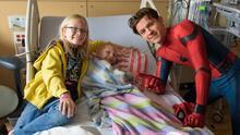 Vestido de Spider-Man, Tom Holland sorprende con acrobacias a los pacientes de un hospital infantil en Los Ángeles