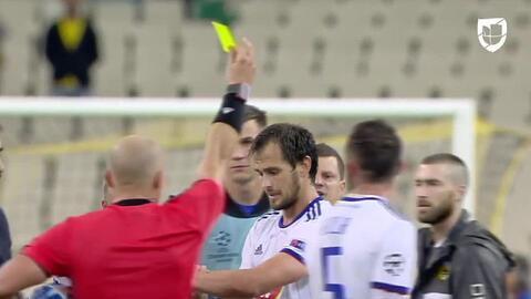 Tarjeta amarilla. El árbitro amonesta a Danko Lazovic de MOL Vidi