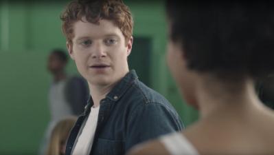 Este video viral a simple vista parece una historia de amor adolescente, pero mira dos veces