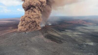 El volcán Kilauea registra una gran erupción y arroja cenizas a 30,000 pies de altura