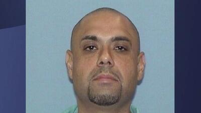 El veterano, Miguel Perez Jr, deportado a México, asiste a su cita de naturalización este miércoles en Chicago
