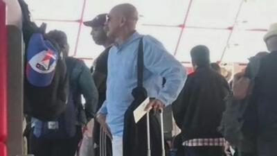 Presentador del noticiero oficialista cubano es sorprendido de vacaciones en Miami