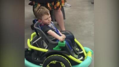 Adolescentes le fabricaron un auto a un niño que por una condición genética no puede caminar
