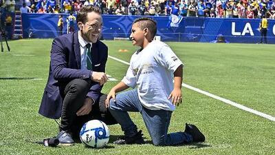 De la recamara al estadio: el niño Diego hizo un protocolo perfecto en la Supercopa MX