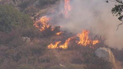 Devastador incendio en Calimesa ha consumido 500 acres y más de una decena de casas móviles