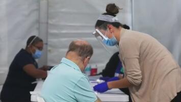 DeSantis dice que cerca de 700,000 ancianos ya han sido vacunados contra el coronavirus en Florida