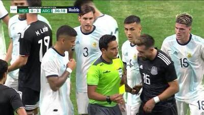 Tarjeta amarilla. El árbitro amonesta a Héctor Herrera de Mexico