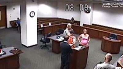 Tierno video de padre conociendo a su bebé recién nacido durante su juicio se viraliza