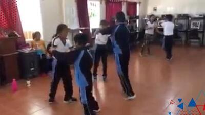 (VIDEO) Profesor de gimnasia pone a bailar cumbia a sus alumnos y lo alaban las redes