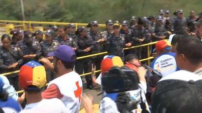 El momento en que abren paso en la frontera a los que apoyan a la ayuda humanitaria para Venezuela