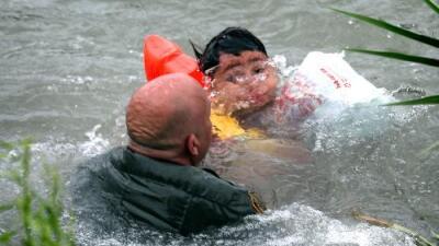 Las dramáticas imágenes de la Patrulla Fronteriza rescatando a un niño migrante de las aguas del Río Grande